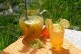 Apfelsaft mit Holunderblüte und Zitronenverbene