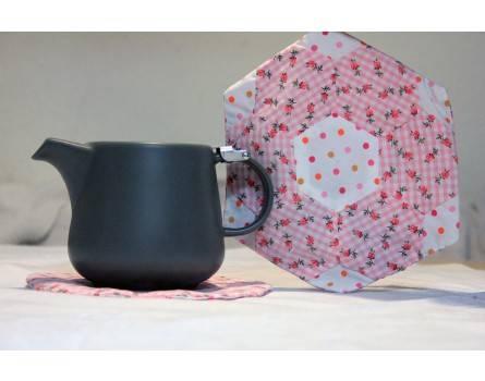 Teekannen-Untersetzer gefüllt mit Kräutern, Handarbeit